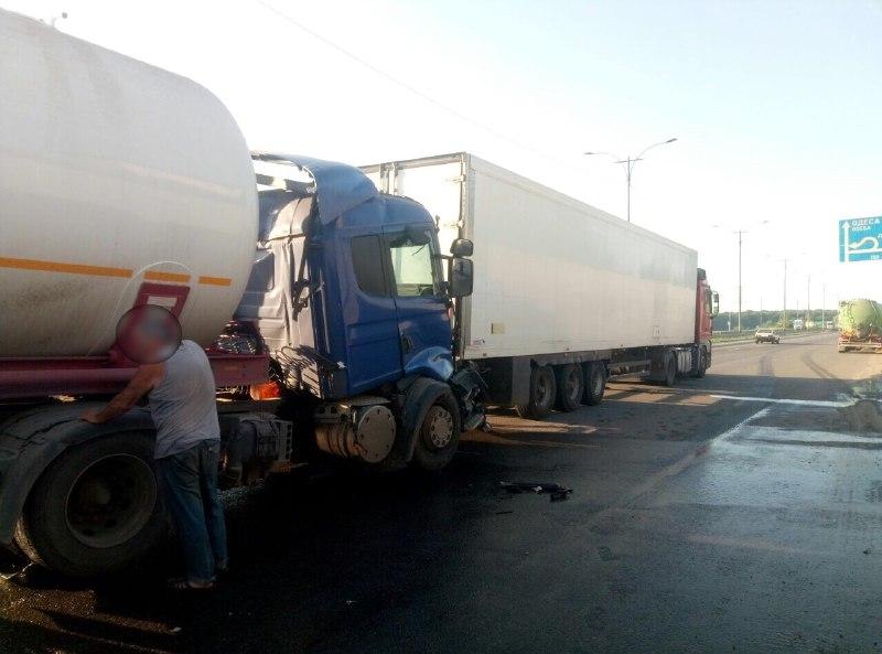 На трасі поблизу Уманщини зіткнулися дві вантажівки