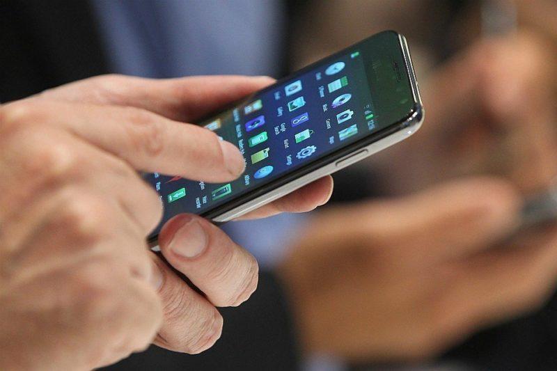 У Драбові жінка вмовила дитину купувати телефон за сувенірні гроші