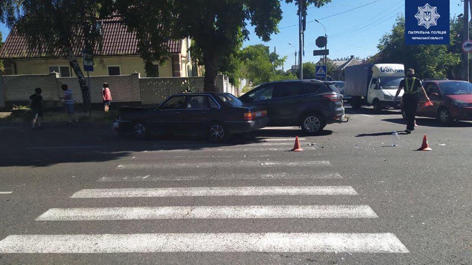На перехресті в Черкасах не розминулися два легковики (ФОТО)