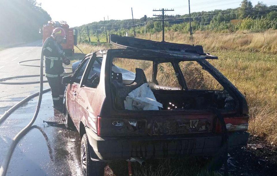 На Уманщині серед дороги загорівся автомобіль (ФОТО)