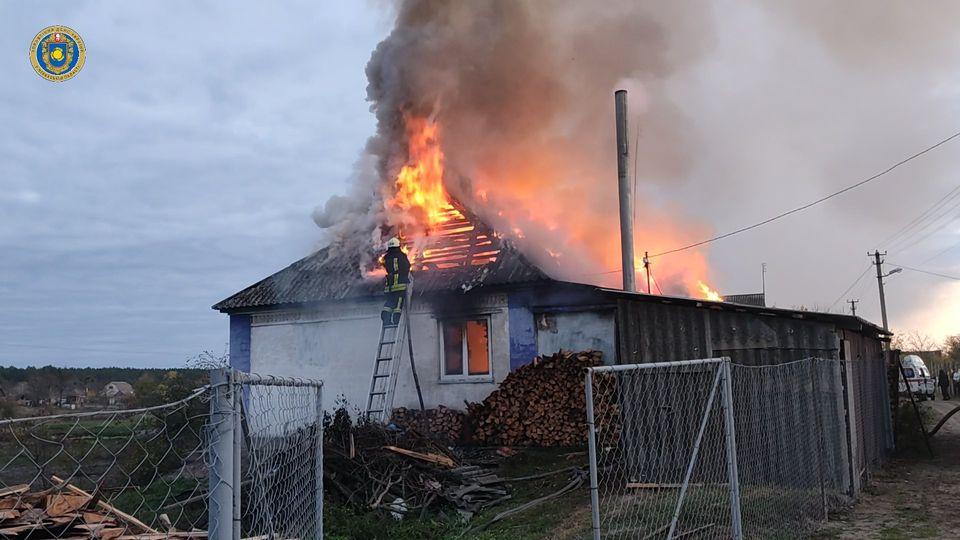 На Канівщині чоловік отримав опіки, коли рятував свій будинок від пожежі