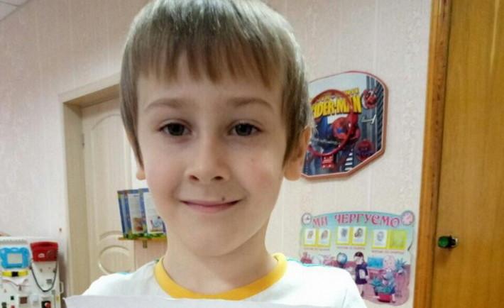 Шестирічний хлопчик, якого збила автівка, йде на поправку