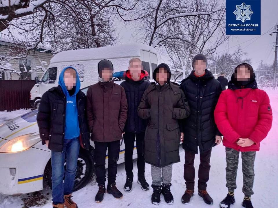 Дрібне хуліганство: у Черкасах підлітки закидали будинок жінки сніжками