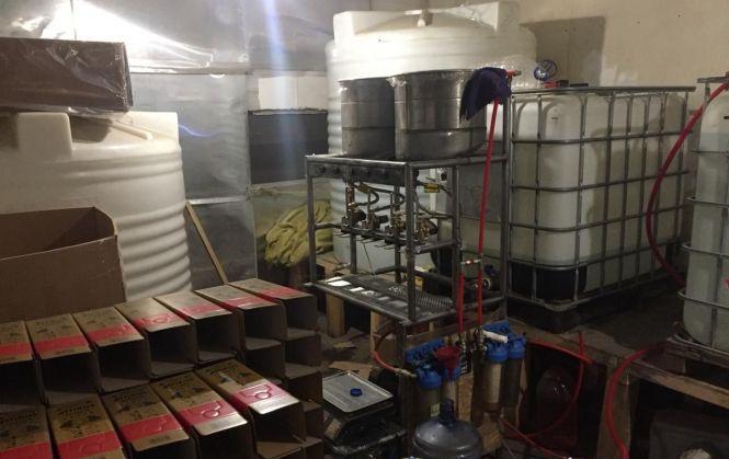«Jack Daniels» і «Bacardi»: на Черкащині викрили виробника фальсифікату елітного алкоголю