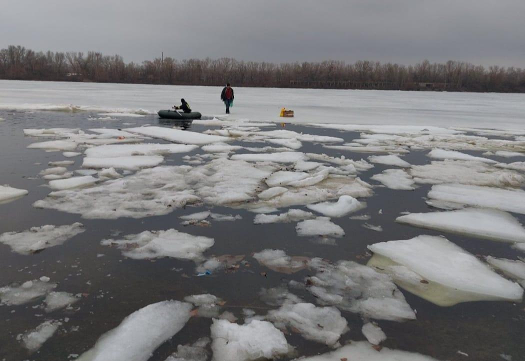 На Дніпрі врятували рибалку, який не міг дістатися берега
