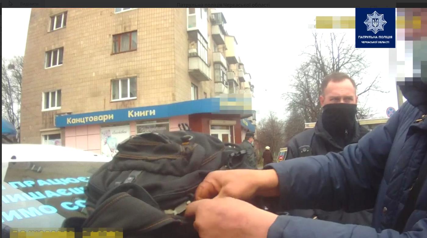 У Черкасах затримали чоловіка за крадіжку на автовокзалі (ВІДЕО)