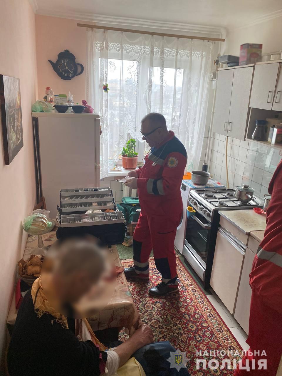 В Умані чоловік порізав собі вени. Поліцейські надали першу допомогу
