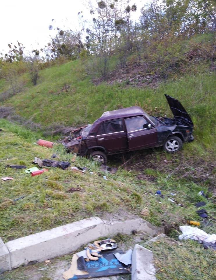 На трасі на Черкащині автомобіль злетів у кювет. Постраждало двоє (ФОТО)