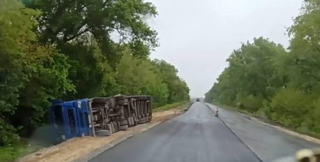На Звенигородщині перевернулась вантажівка з птицею. Водій зачинився в ній від поліцейських