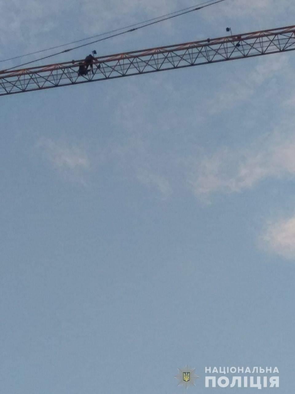 У Черкасах нетверезий чоловік виліз на будівельний кран. Його знімали рятувальники й поліція (ФОТО)