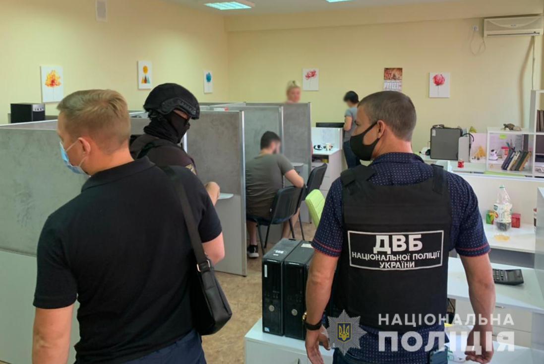 На Черкащині та ще в чотирьох областях викрили колекторів, які погрожували боржникам порно-компроматом