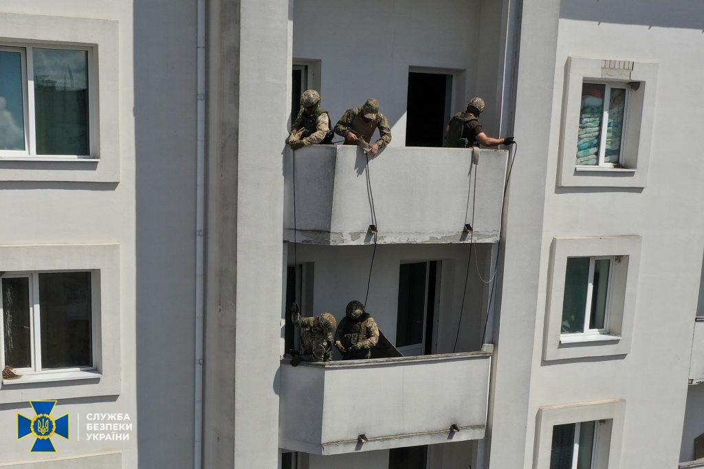 Брали штурмом багатоповерхівку: в Умані відбулись навчання СБУ (ВІДЕО)